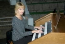 MRS.ZORADA TEMMING BEHIND THE CONTENT ORGAN AT THE LIBERTAS AMPHITEATER WITH THE LIBERTAS CHOIR DEC.2011